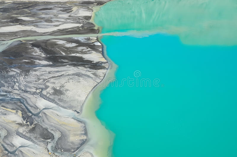 Détaillez la vue aérienne de la rivière coulant dans le lac de montagne photo libre de droits