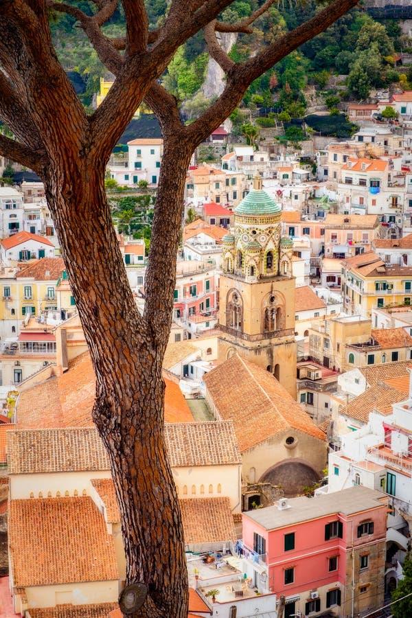 Détaillez la vue de paysage urbain de belles maisons colorées à Amalfi, Italie photos stock