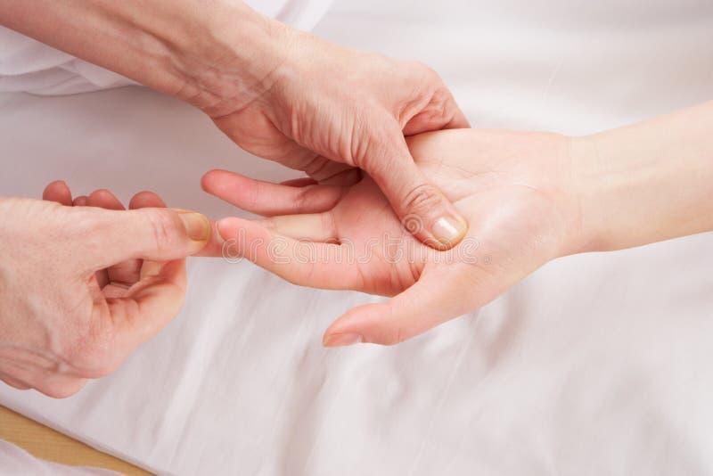 Détaillez le massage de reflexology de main image stock