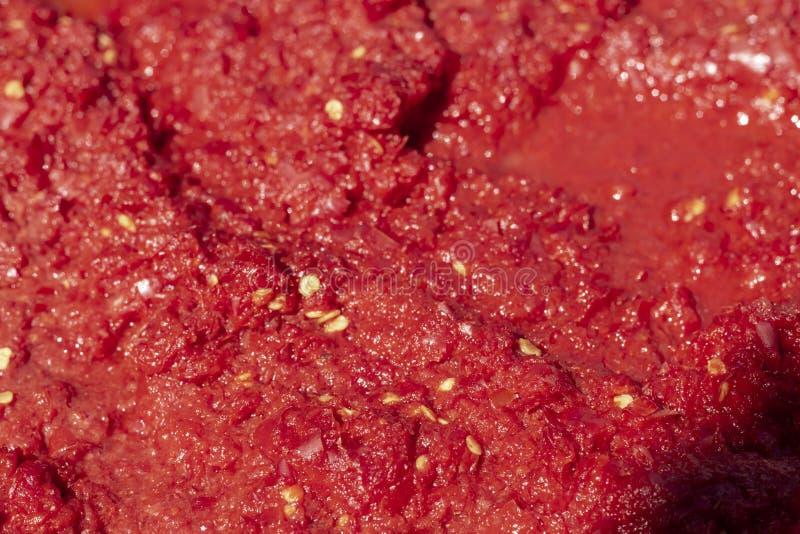 Détaillez le procédé de fabrication fait main en gros plan de sauce tomate au temps de coucher du soleil images stock