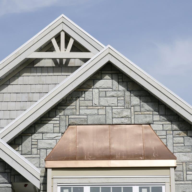 Détails à la maison extérieurs de toit photos stock