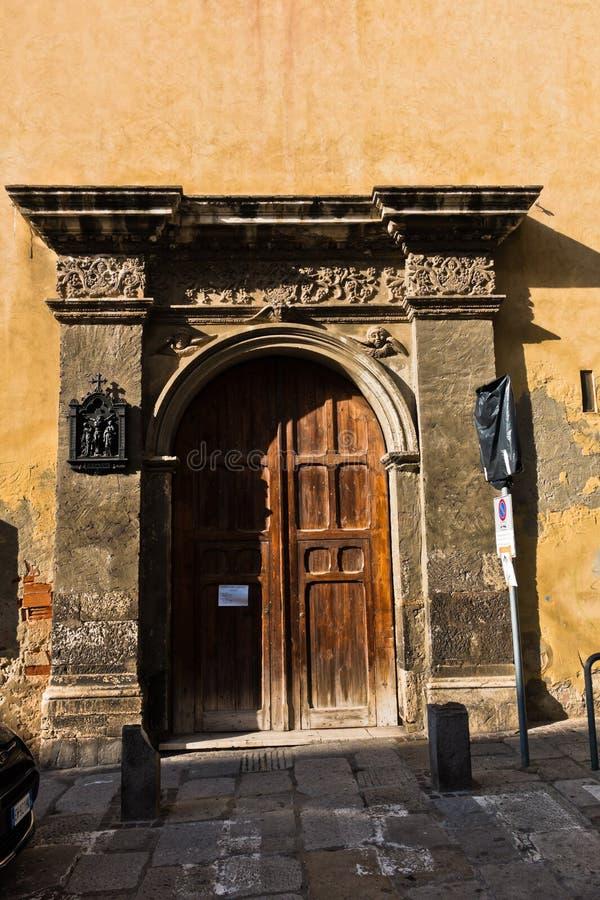 Détails architecturaux à l'entrée de la vieille église, ville de Cagliari, Sardaigne image libre de droits