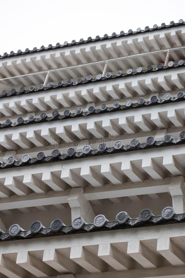 Détails architecturaux de château historique du Japon de structure de toits de tuiles images stock