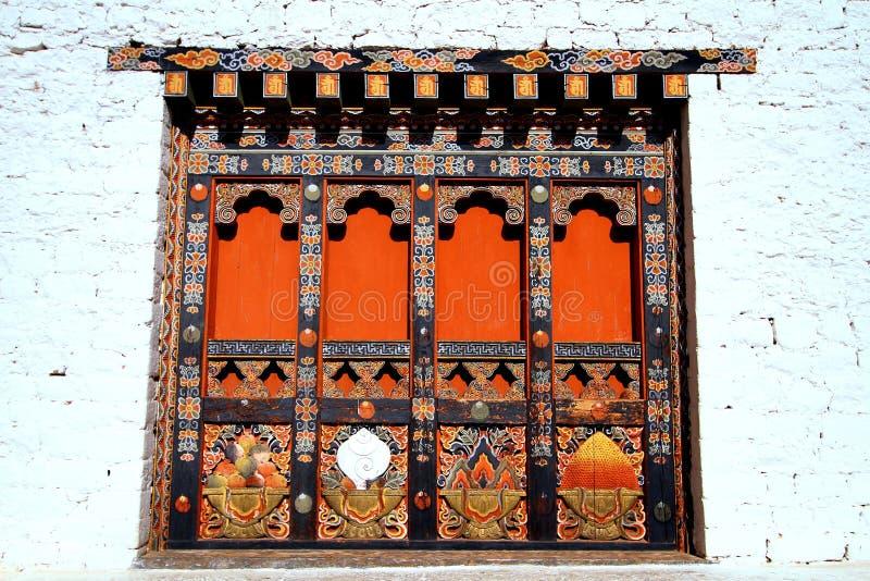 Détails architecturaux uniques bhoutanais des portes en bois photo stock