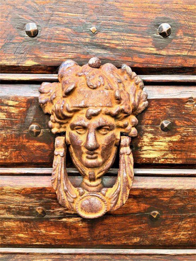 Détails, art et architecture, porte et bois, visage et ornement artistiques photo libre de droits