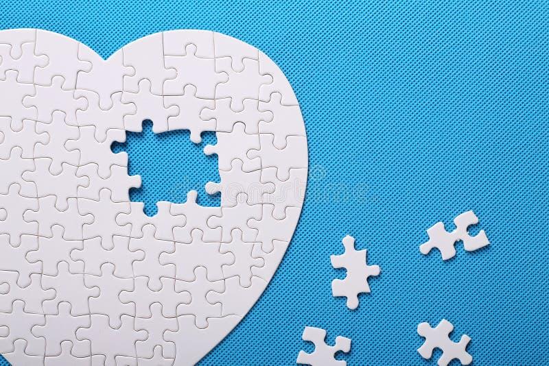 Détails blancs d'un puzzle sur un fond bleu Un puzzle est une unité centrale photos stock