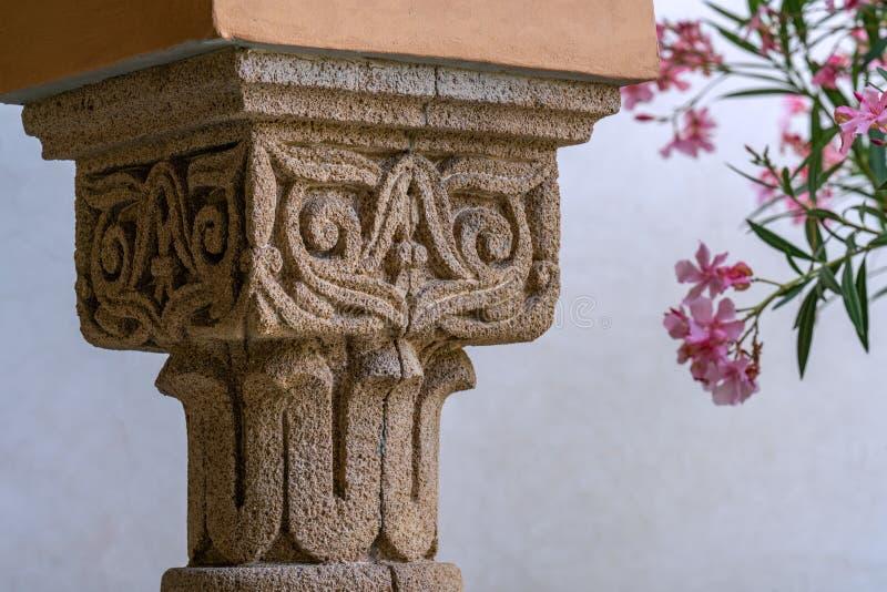 Détails d'une colonne découpée de grès photo libre de droits