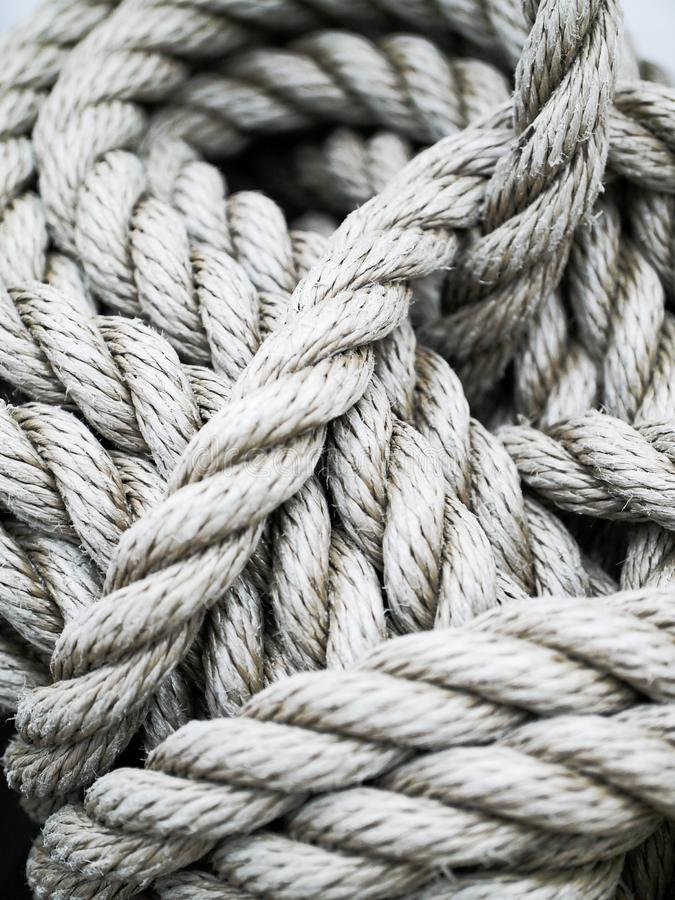 Détails d'une corde épaisse sur un bateau photographie stock libre de droits