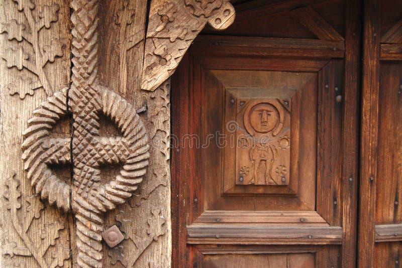 Détails d'une porte découpée par bois photo stock