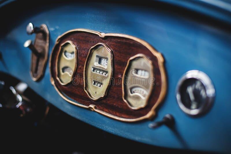 Détails d'une voiture et d'un tachymètre classiques photos libres de droits