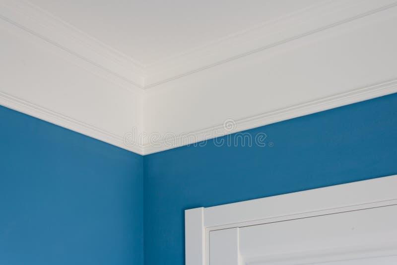 Détails dans l'intérieur Les bâtis de plafond, bleu ont peint des murs, porte blanche photos libres de droits