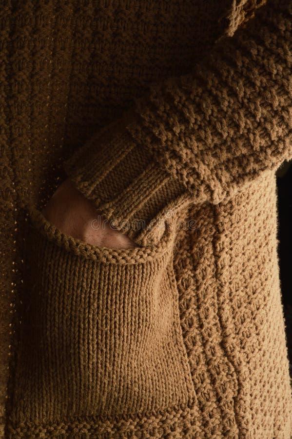Détails de chandail de coton de l'usage d'hommes, mains dans la poche photos stock