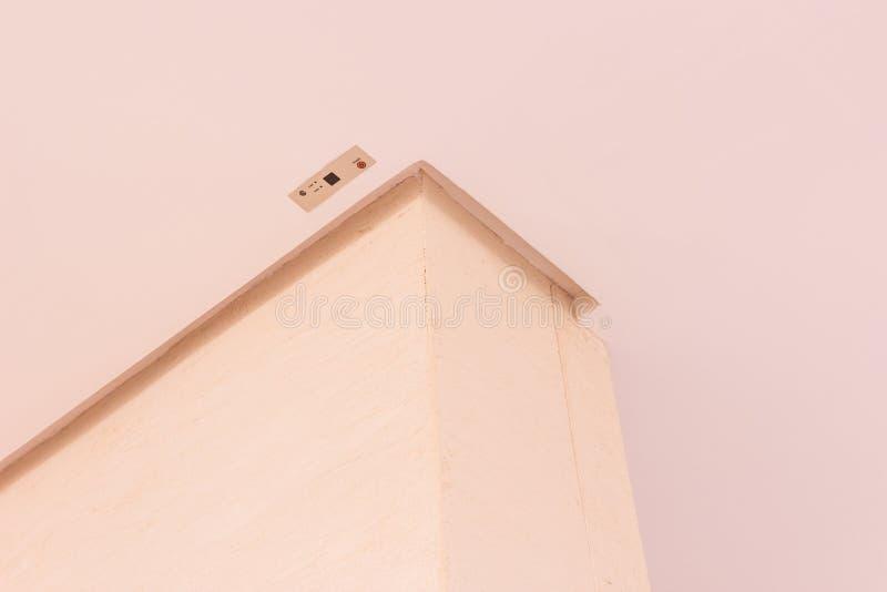 Détails de construction : Aérez le récepteur à distance de condition installé sur le plafond faux photos stock