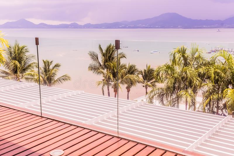 Détails de construction : Balustrades de verre trempé sur la plate-forme en bois de toit photo libre de droits