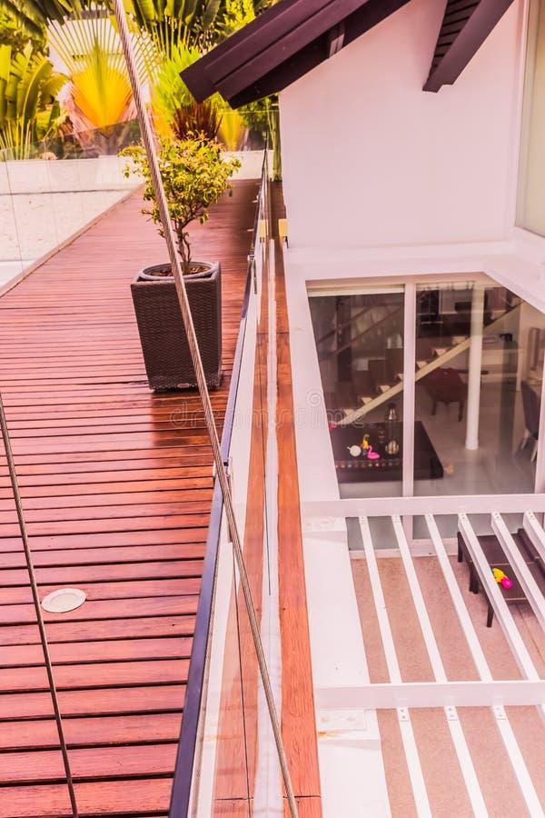 Détails de construction : Balustrades de verre trempé sur la plate-forme en bois de toit image libre de droits