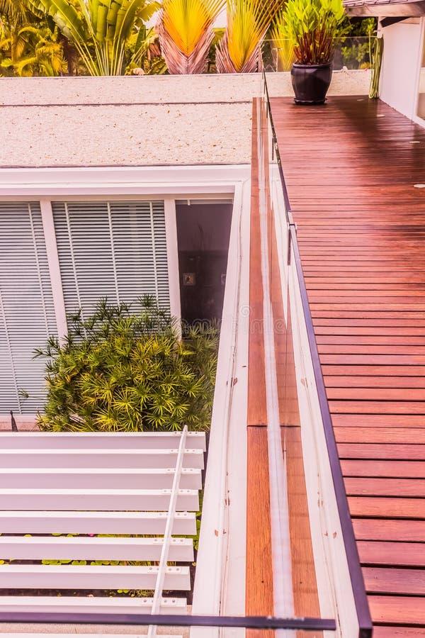Détails de construction : Balustrades de verre trempé sur la plate-forme en bois de toit photographie stock libre de droits