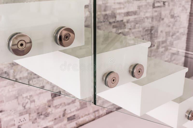 Détails de construction : Montage de balustrade de verre trempé à coté images stock