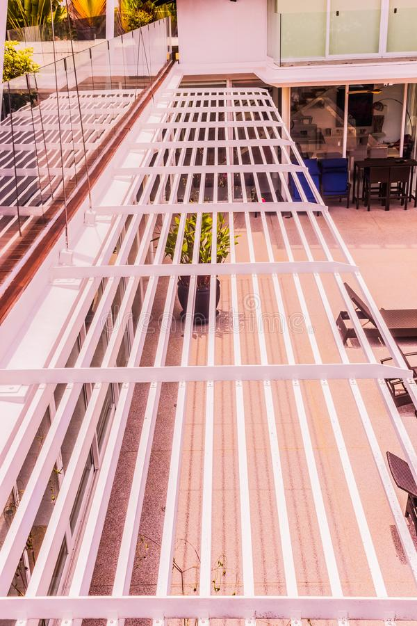 Détails de construction : Nuance en aluminium d'auvent ou de soleil photo libre de droits