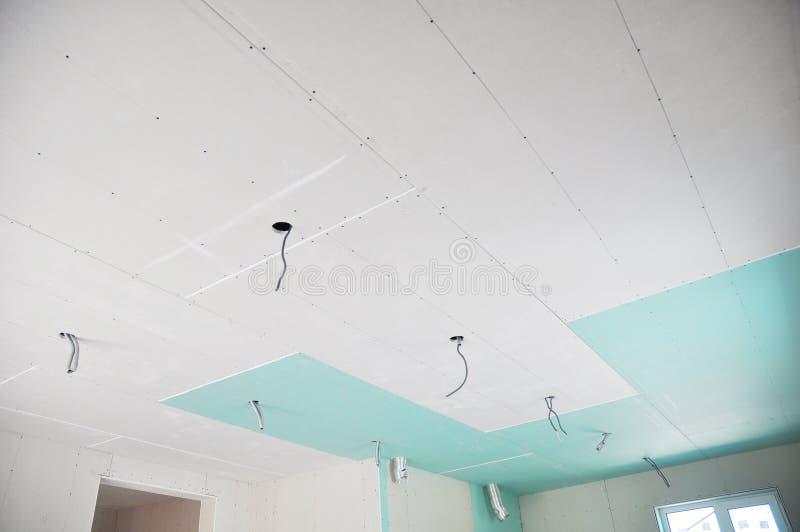 Détails de construction de plafond avec le fil de l'électricité pour l'allumage Plaques de plâtre, murs et plafond de gypse de bâ photo libre de droits