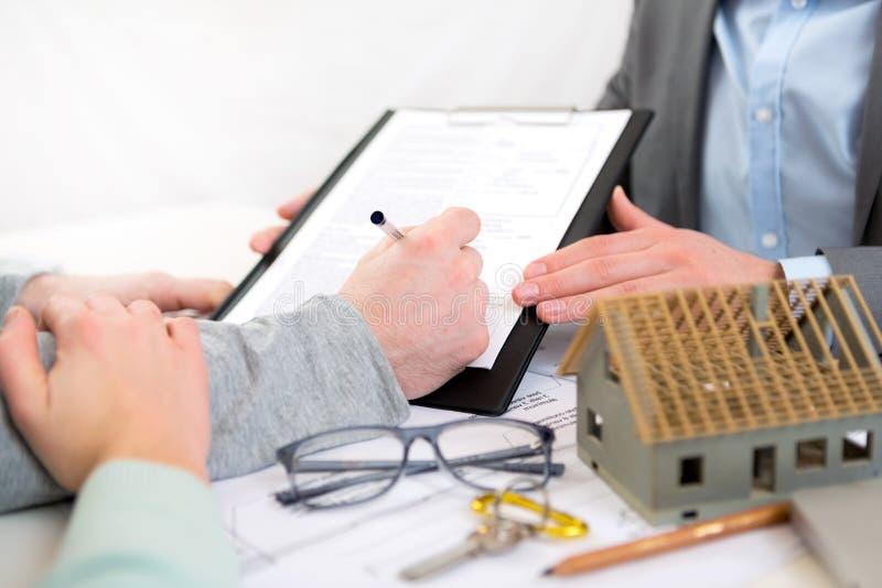 Détails de contrat de signature de main à un vrai bureau d'agent immobilier image libre de droits