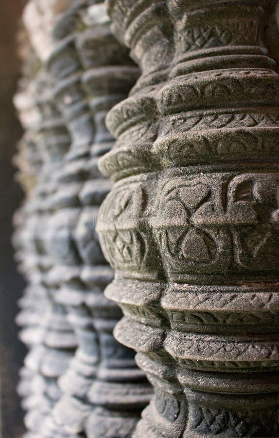 Détails de découpage complexes sur les colonnes antiques de fenêtre ou foyer sélectif de piliers de grès dans le complexe de temp images stock