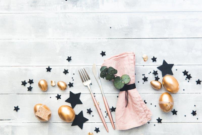 Détails de fête de luxe de table de Pâques Tons de noir et d'or photographie stock libre de droits