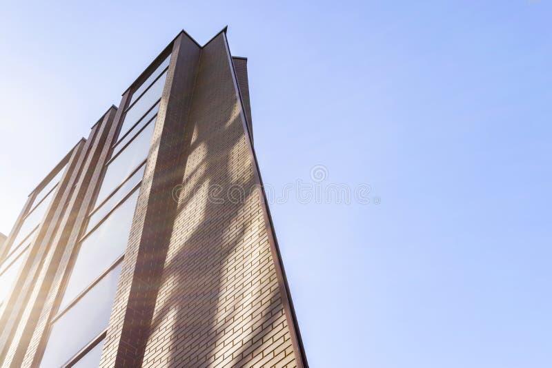 Détails de l'extérieur d'immeuble de bureaux Horizon de bâtiments d'affaires recherchant avec le ciel bleu Appartement moderne d' images stock