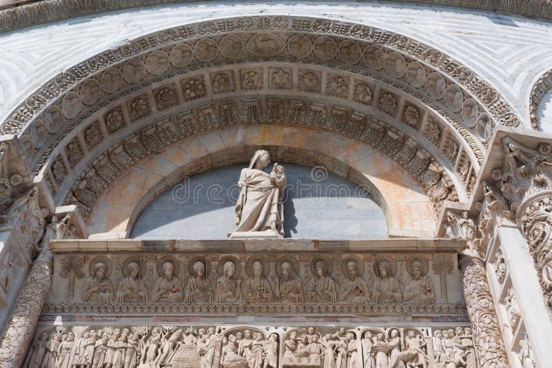 Détails de l'extérieur du baptistère de Pise de St John, le plus grand baptistère en Italie, dans la place des miracles photos stock