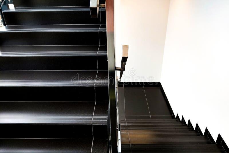 Détails de la balustrade et des escaliers d'un bâtiment moderne image stock