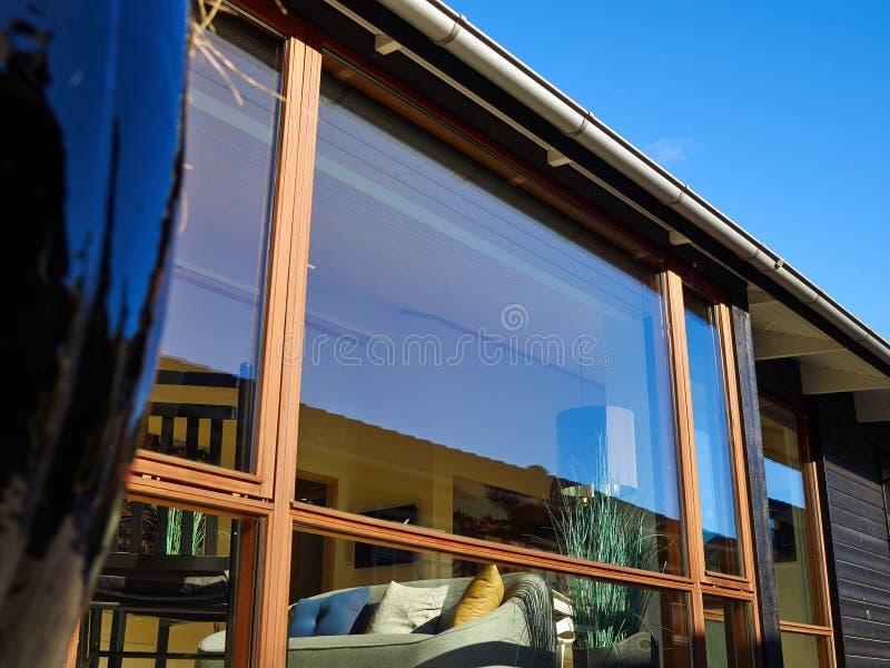 Détails de la conception moderne belle maison en bois images libres de droits