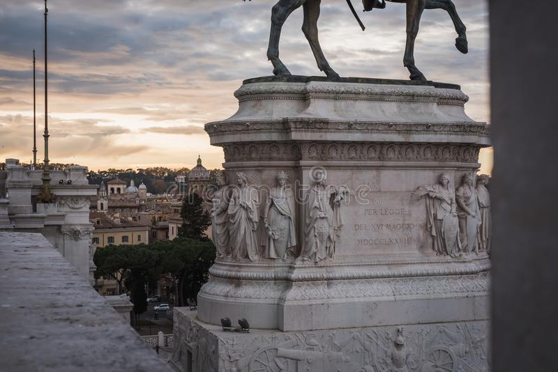 Détails de la statue et de la vue de la ville du monument de Vittorio Emanuele II à Rome photo libre de droits