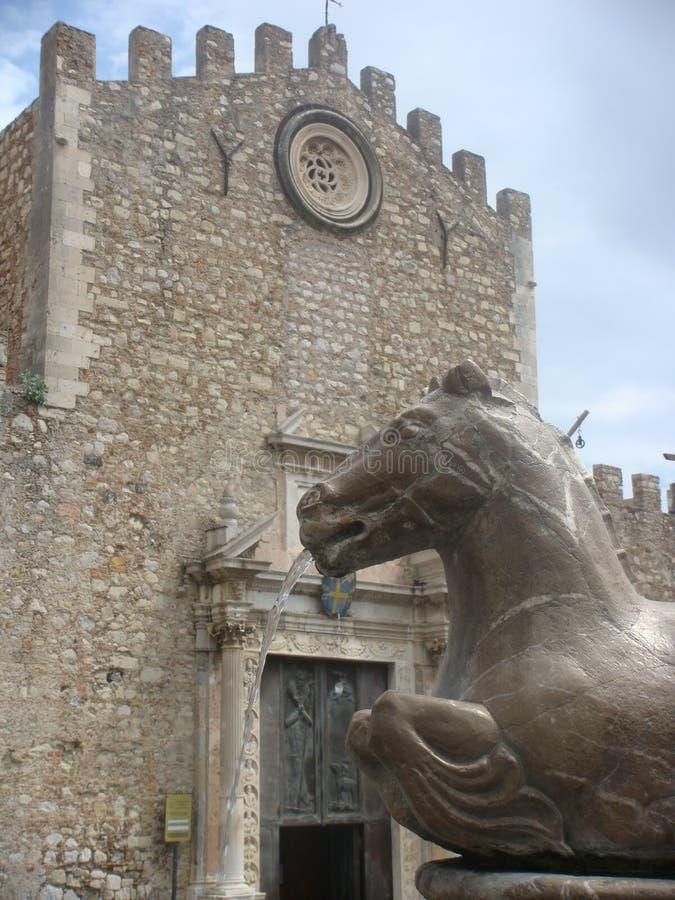 Détails de la statue principale d'un hippocampe devant une église à Taormina dans Sicilia Italie images libres de droits