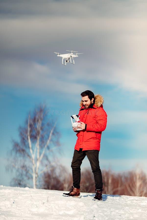 Détails de longueur de photographie aérienne et de bourdon avec le bourdon fonctionnant d'homme caucasien attirant, vol au-dessus photographie stock libre de droits