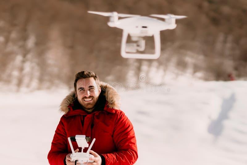 Détails de longueur de photographie aérienne et de bourdon avec le bourdon fonctionnant de l'homme, bourdon de vol photographie stock libre de droits