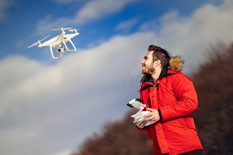Détails de longueur de photographie aérienne et de bourdon avec le bourdon fonctionnant de l'homme, vol au-dessus de ciel bleu photographie stock libre de droits
