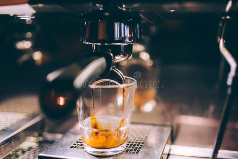 Détails de machine d'expresso versant et brassant le café frais et crémeux dans les Bistros locaux, le restaurant ou les Bistros images stock