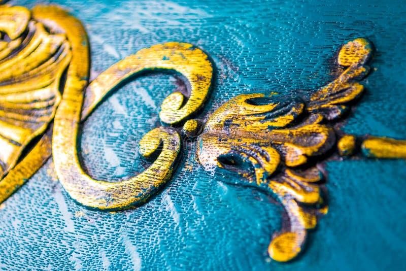 Détails de meubles de cru étroitement  Décorations luxueuses et florales découpées en bois, peint en jaune sale lumineux photos stock