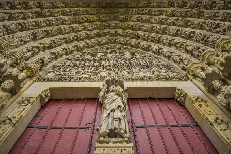 Détails de porte d'église d'Amiens, France photo stock
