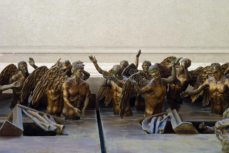 Détails des anges 3D de prière sur une porte d'église photo stock