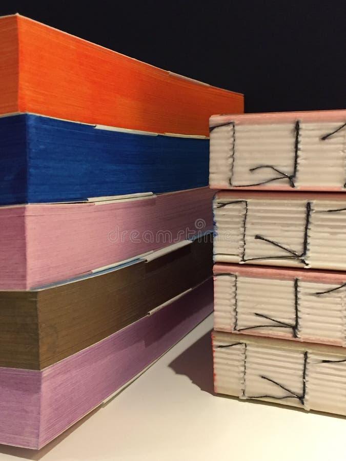 Détails des livres faits main de différents papiers colorés multi cahiers illustration stock