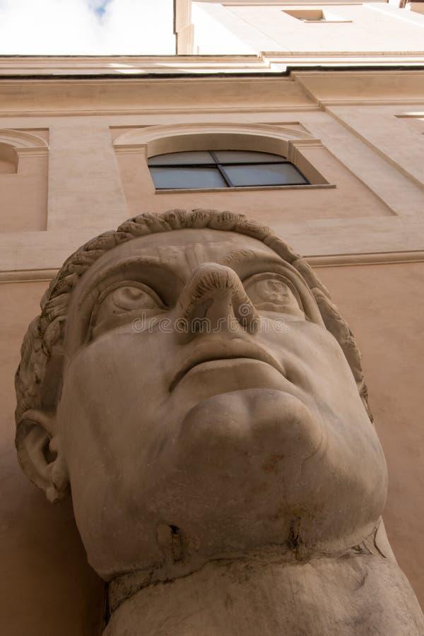 Détails des statues romaines - tête géante de la statue images stock