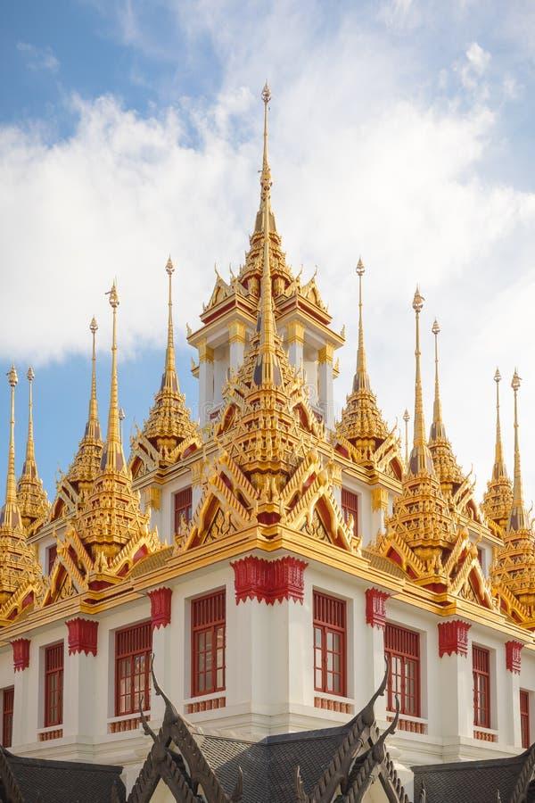 Détails des toits de Wat Ratchanatdaram, Thaïlande photographie stock