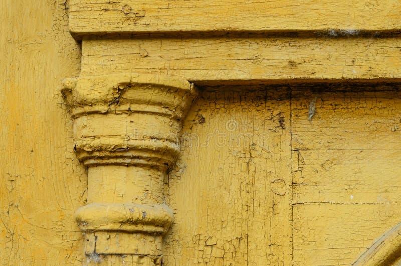 Détails du décor sur la vieille porte jaune images stock