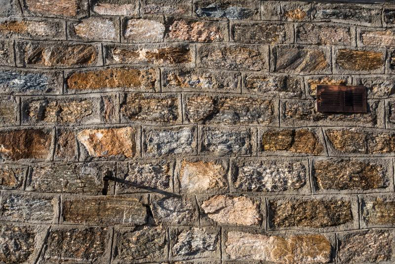 Détails en gros plan de mur naturel de roche dans le refuge de montagne photo stock