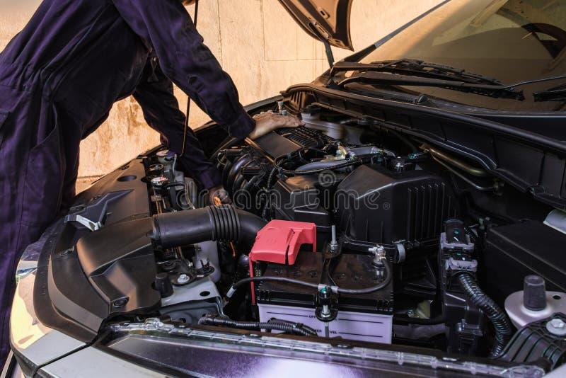 Détails et nettoyage professionnels de voitures de moteur de contrôle photos libres de droits