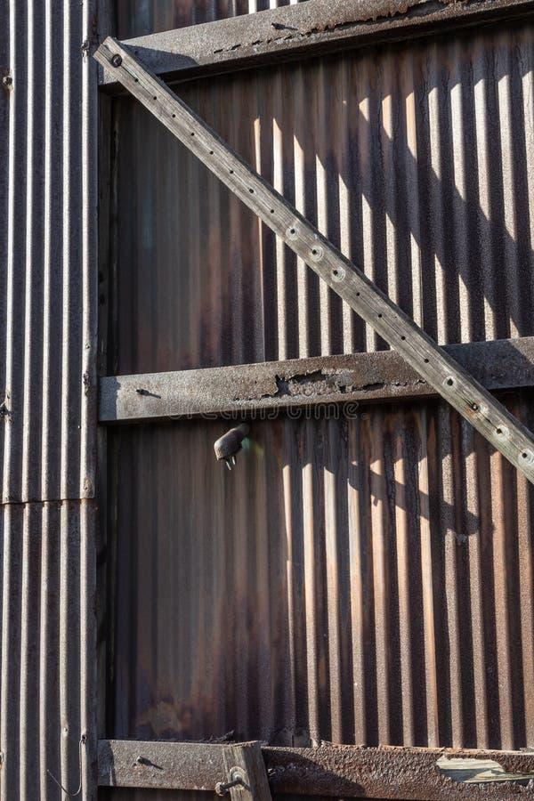 Détails extérieurs d'installation industrielle avec le revêtement ondulé en métal photographie stock libre de droits