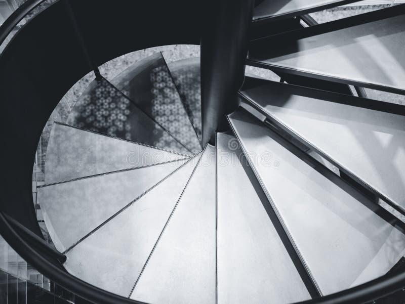 Détails intérieurs de construction modernes d'architecture d'ombre d'ombre de caisse en spirale d'escalier images stock