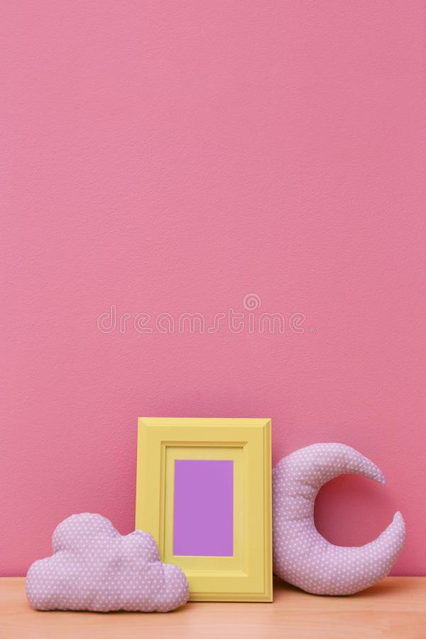 Détails intérieurs de pièce du ` s d'enfant sur la table en bois près du mur images stock