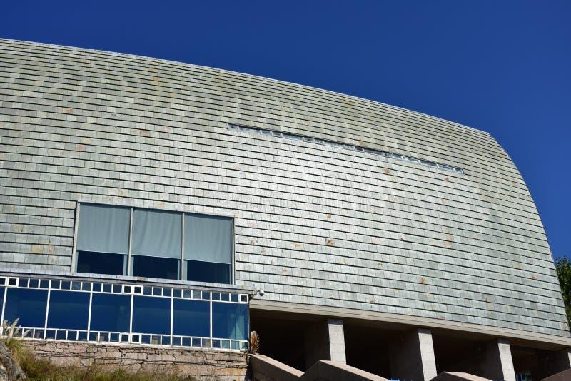 Détails modernes d'architecture Ardoise, pierre et verre Jour ensoleillé, lumière forte du soleil La Coruna, Espagne photo libre de droits
