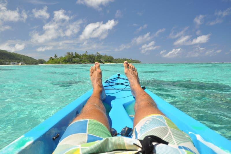 Détendant dans un canoë - Rarotonga, îles Cook photographie stock libre de droits